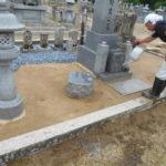 舞鶴市の西舞鶴共同墓地でのお墓の雑草対策工事。防草材マサファルトを使用
