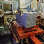 工場での仕事の様子。大島石の原石を工場で加工、倒れた灯篭の修復など