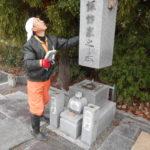 舞鶴市でのお墓傾き直し工事。解体、基礎強化して据え付け、クリーニングと色入れ