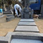舞鶴市の共同墓地でお墓建立工事。佐賀県産椿石尺角、基礎工事から納骨室作成、耐震施工の据え付け、防草加工まで