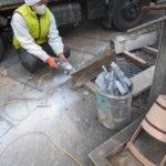 舞鶴市寺院墓地での延べ石据え直しと防草、クリーニング工事。ずれて開いていた延べ石を金具と接着剤で固定し据え直し