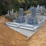 京都府舞鶴市の西舞鶴村共同墓地でお墓建立工事。古いお墓を解体し据え直し、新しく2基のお墓を新設。中国産の黒龍石