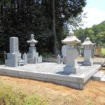 京都府舞鶴市の西舞鶴桑飼墓地でお墓が完成。既存の五輪塔を移動し、中国産AG98のお墓を新設。基礎工事から据え付け、防草対策