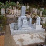 京都府舞鶴市西舞鶴寺院墓地での新墓建立工事。愛媛県産大島石、しっかりとした耐震施工