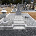 京都府西舞鶴地域共同墓地でのお墓建立工事。佐賀県産椿石の9寸京都型を耐震と防草工事で